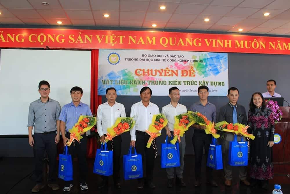 Đại diện nhà trường trao phần quà lưu niệm cho các khách mời