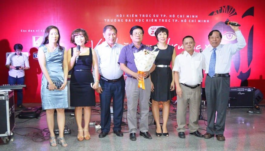 Chủ tịch Hội kiến trúc sư TP.HCM Khương Văn Mười và Hiệu trưởng Đại học Kiến trúc TP.HCM Phạm Tứ tặng hoa cho Ban tổ chức đêm giao lưu