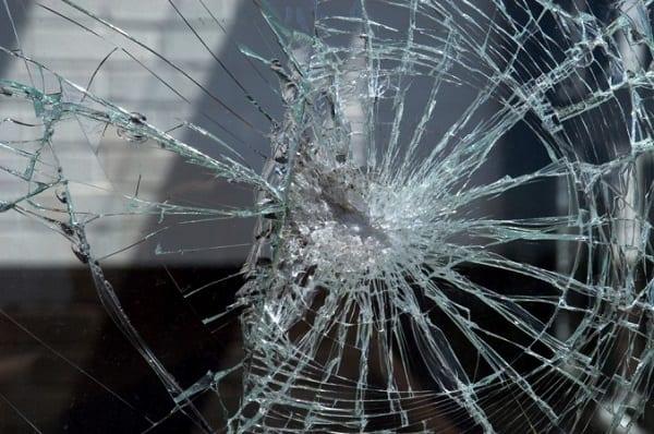 Cửa kính cường lực giả có thể bị phá vỡ, không thể chống trộm
