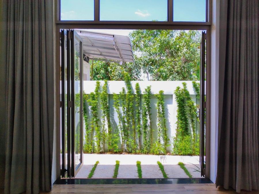 Hệ thống cửa xếp lùa nhôm kính phù hợp cho nhà rộng có sân vườn…
