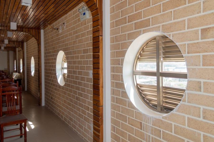 Cửa số nhà nguyện được thiết kế theo kiểu hình tròn lạ mắt