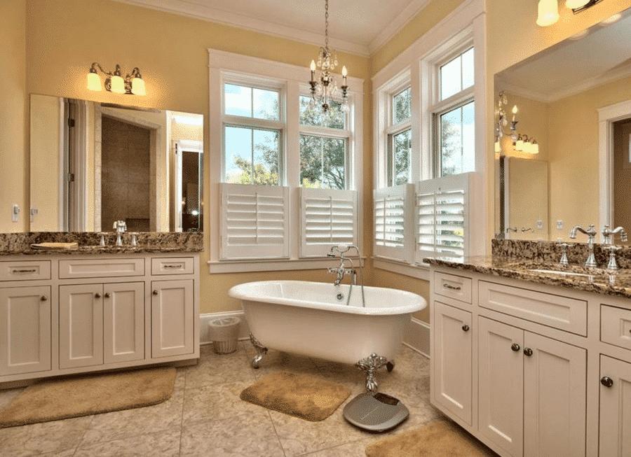 Cửa sổ phòng tắm kết hợp cửa sổ mở và cửa sổ lá sách mang đến sự riêng tư, thông thoáng