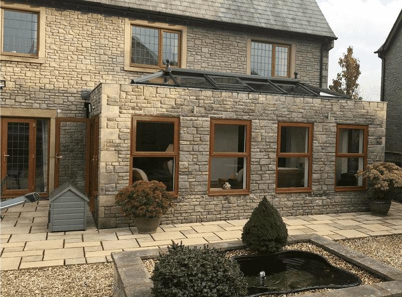 Những ô cửa sổ có cùng kết cấu tôn lên sự cổ kính của ngôi nhà