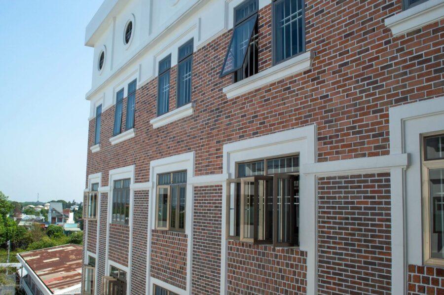 Cửa nhôm thông gió mang lại sự trẻ trung cho lối kiến trúc hiện đại