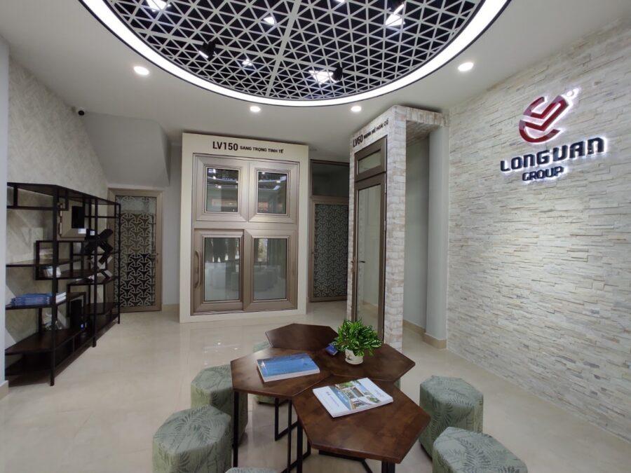 Không gian showroom 2 Long Vân với các ô cửa được trang trí phù hợp với từng loại kiến trúc khác nhau