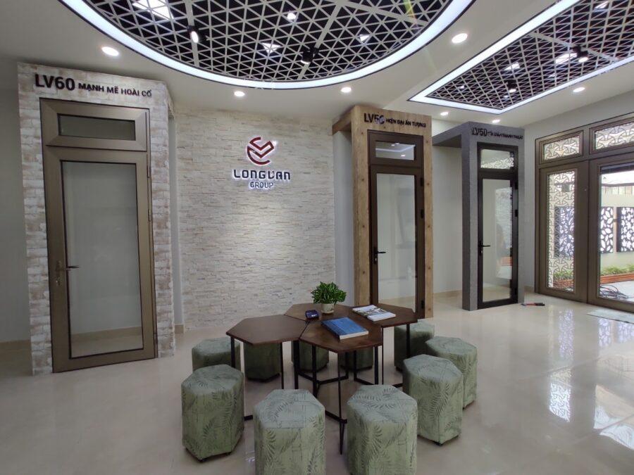 Các hệ cửa được trưng bày trong showroom