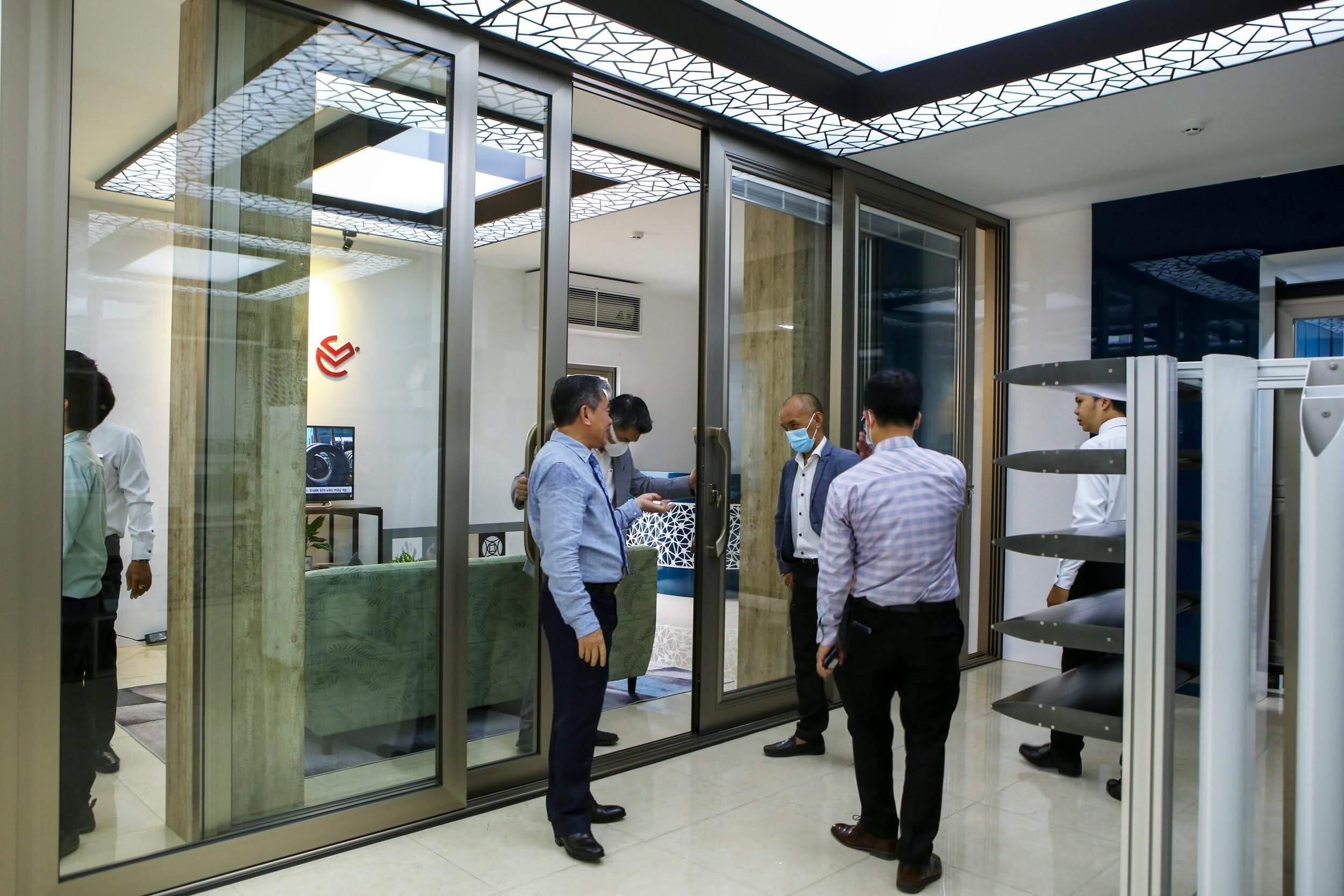 Hệ cửa lùa nâng LV150 được trưng bày tại showroom 1 của Long Vân