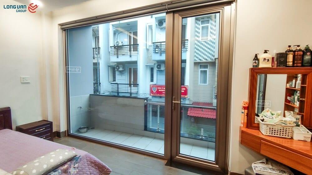 Phòng ngủ với hệ vách kính kết hợp cửa đi mở