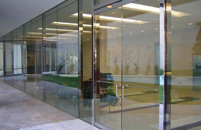Cửa kính cường lực trong những tòa chung cư, cao ốc