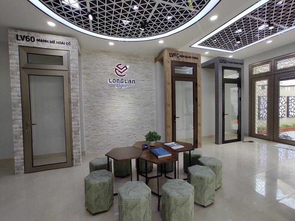 Cửa nhôm kính tại showroom của Long Vân