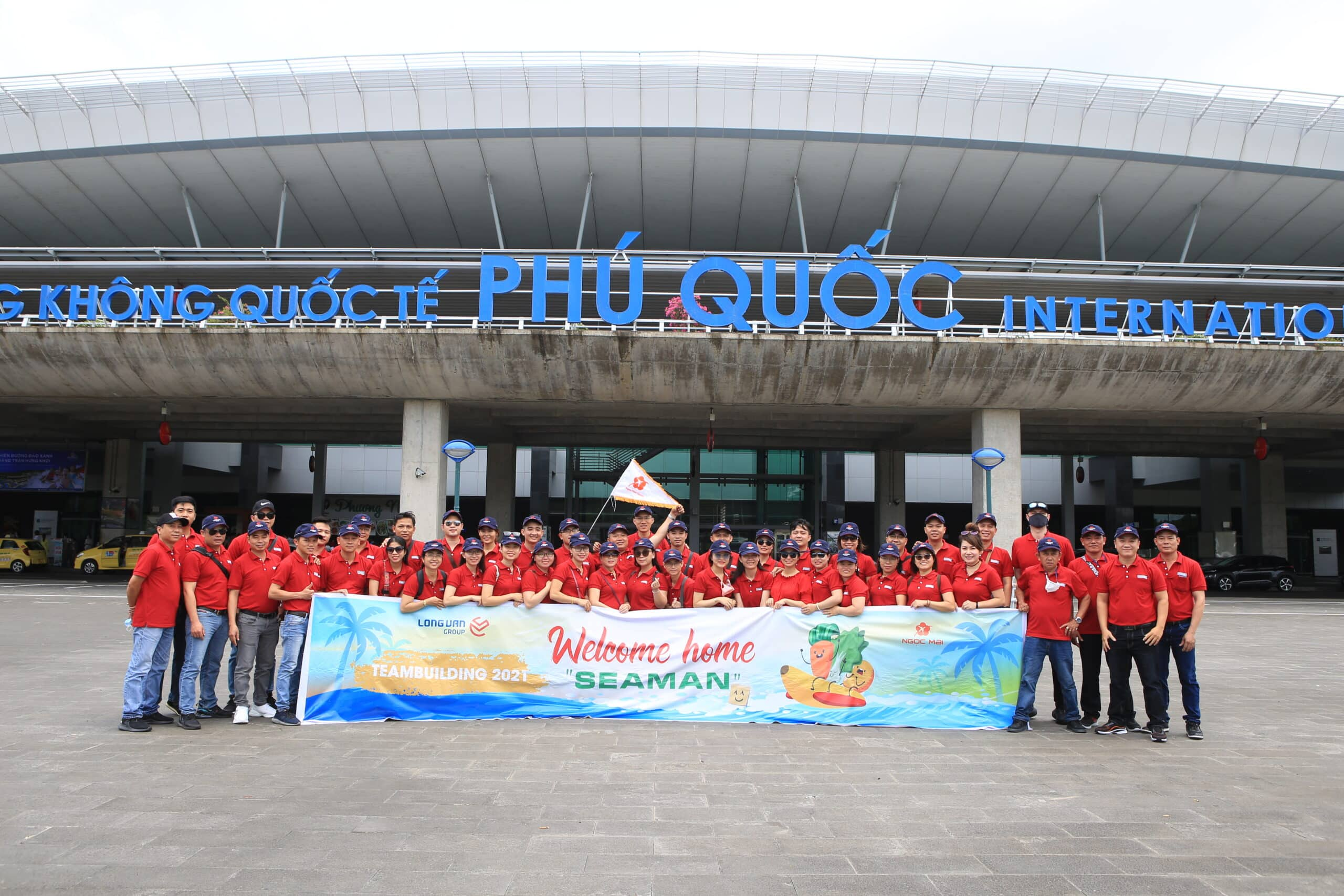 Đoàn Long Vân check-in tại cảng hàng không quốc tế Phú Quốc với tông màu mùa hè vui nhộn