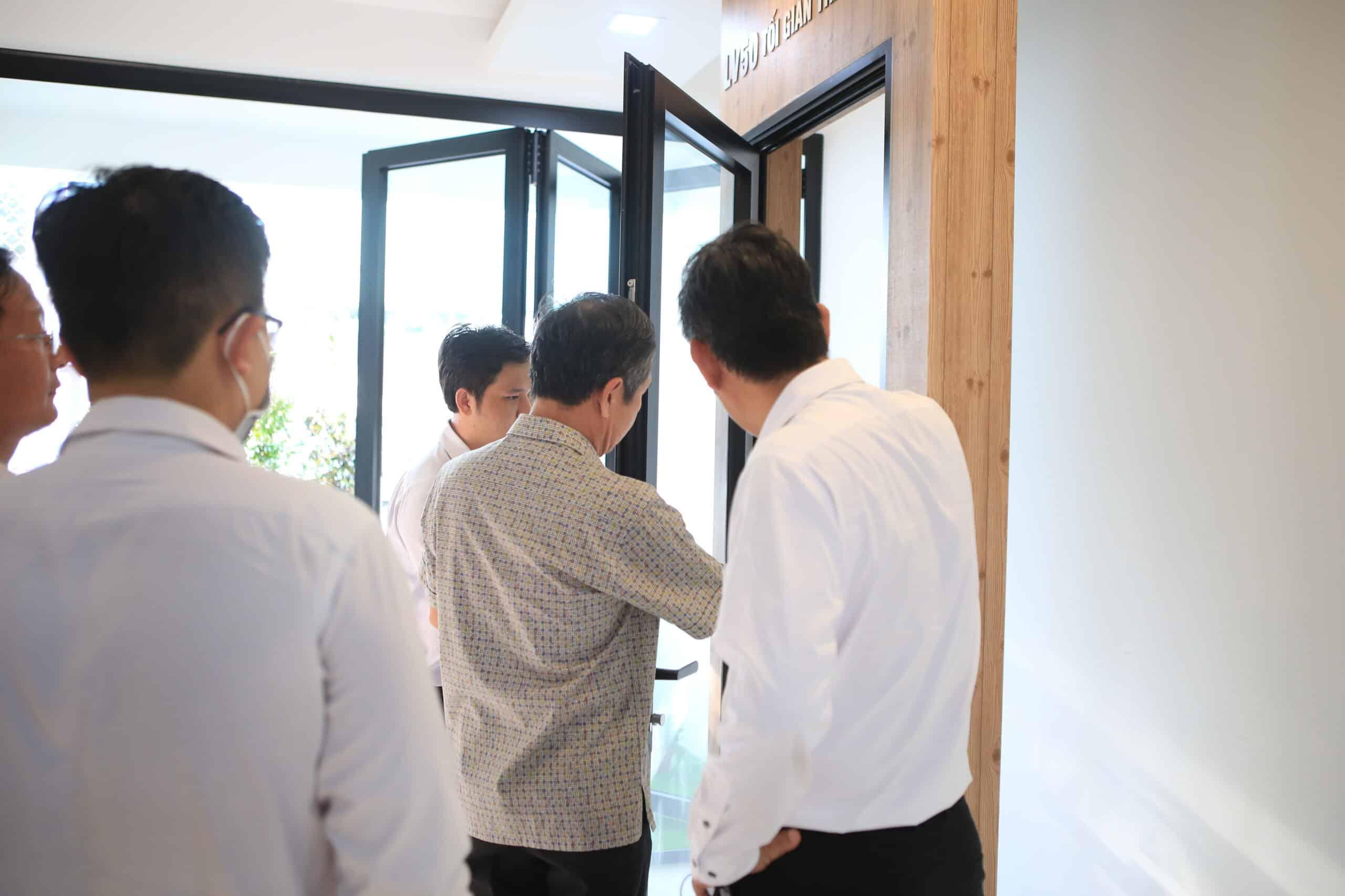 Trải nghiệm không gian kiến trúc được tạo nên nhôm anode niken tại showroom Thiên Ân