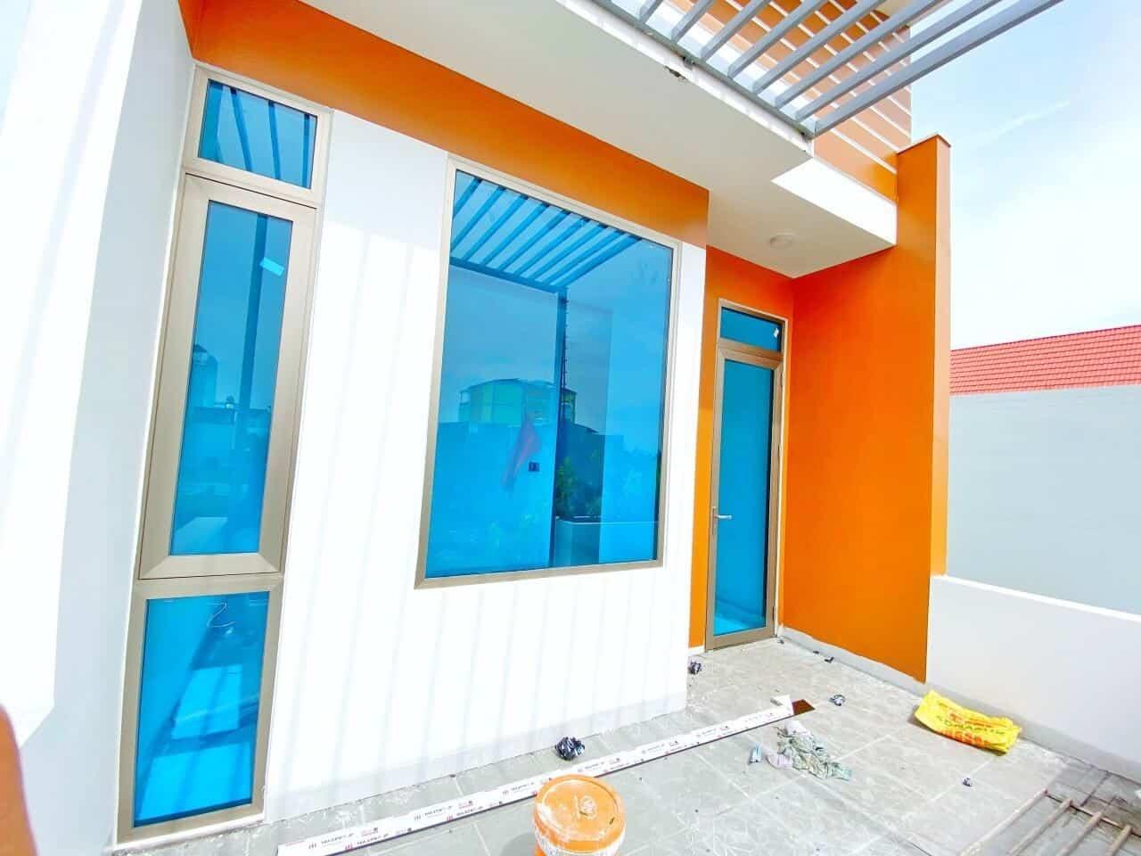 Cửa nhôm Long Vân với màu sắc trung tính, tạo nên sự ấn tượng riêng cho không gian