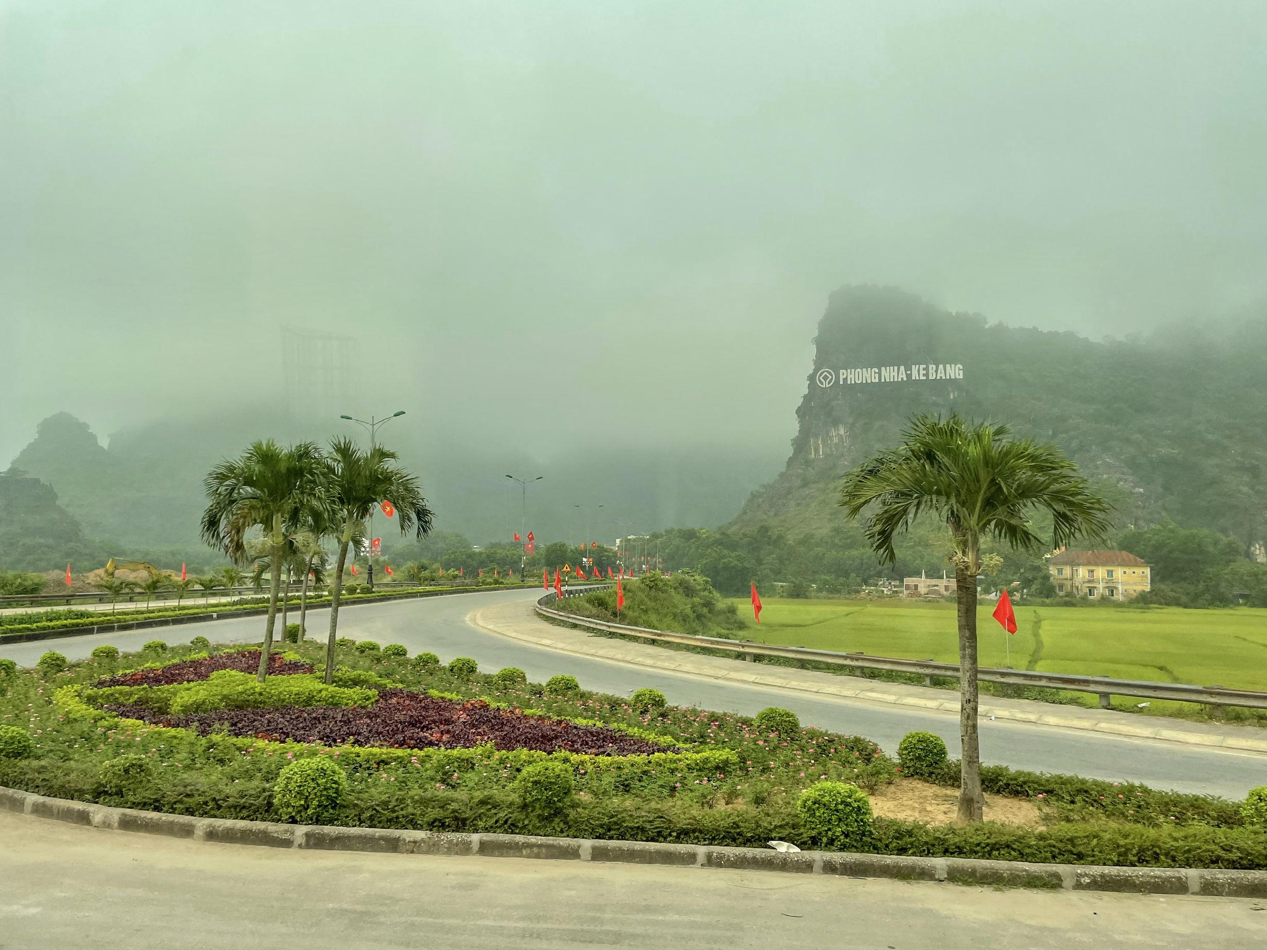 Con đường xanh mướt dẫn đến vườn quốc gia Phong Nha - Kẻ Bàng