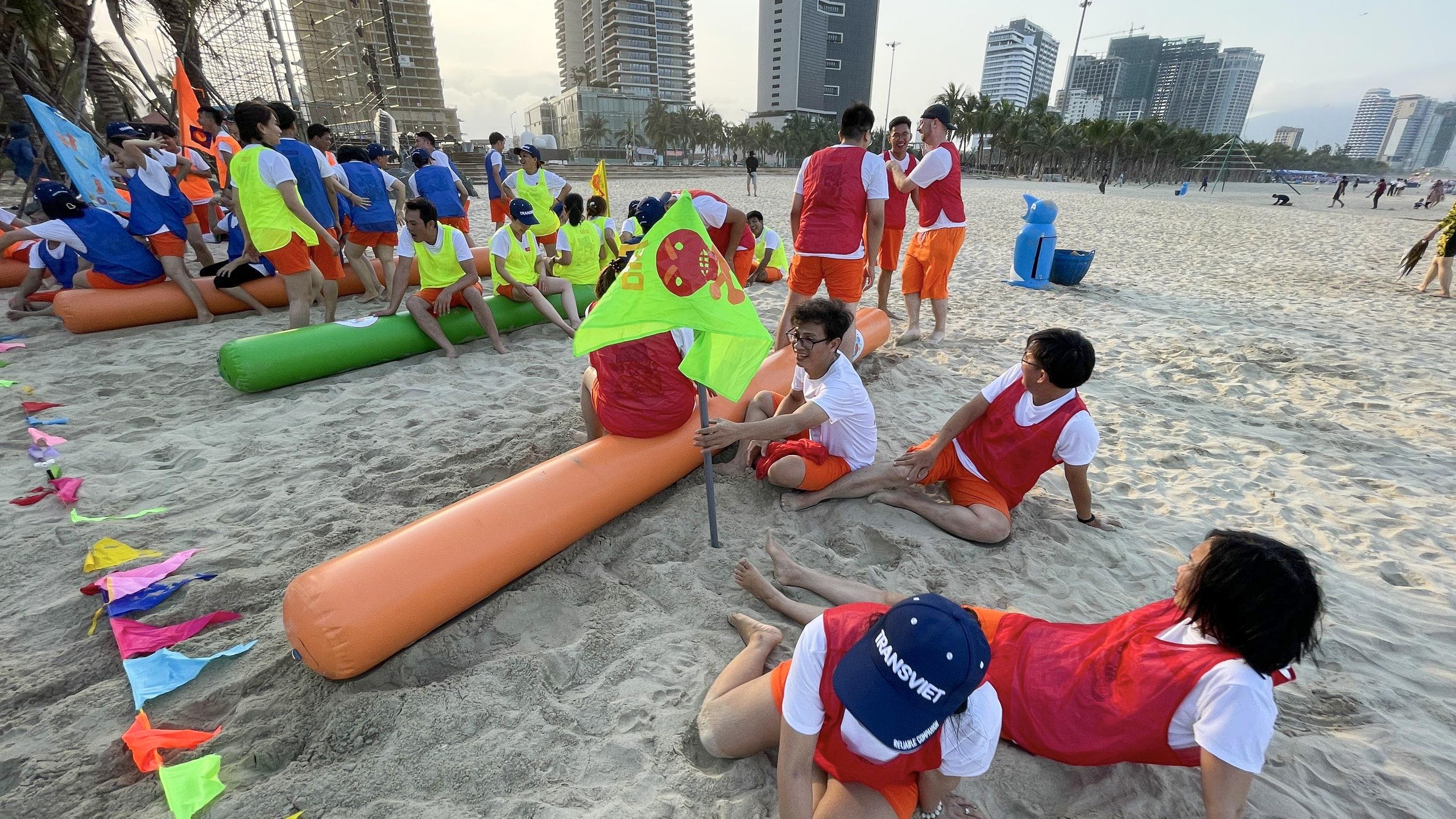 Hoạt động team building được tổ chức tại bãi biển Mỹ Khê, nơi được vinh danh là một trong những bãi biển quyến rũ nhất hành tinh!