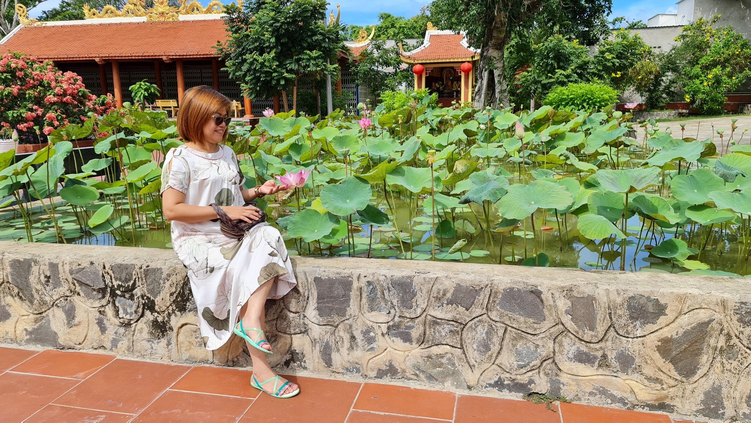 Hồ sen nằm trong khuôn viên Đền thờ Nguyễn Trung Trực