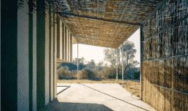 Mái hiên được làm từ gỗ vụn
