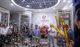 Ban quản trị Tập đoàn và khách mời nổ pháo buổi khai trương showroom